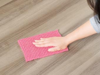 アクリルどこでもお掃除クロスで床を拭いているイメージ
