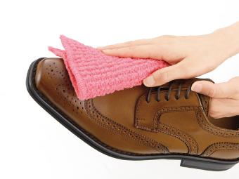 アクリルどこでもお掃除クロスで靴を拭いているイメージ