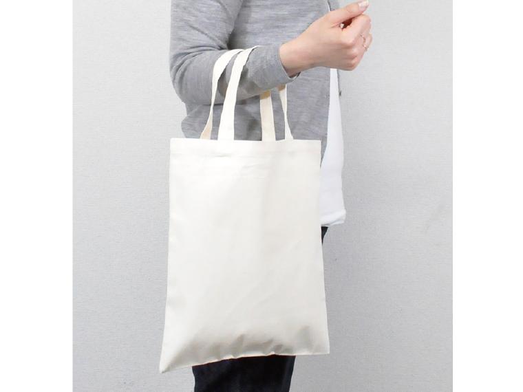 ライトキャンバスショッピングバッグを腕に掛けているイメージ
