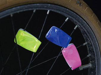 マルチクリップリフレクターを反射板として自転車の車輪につけている画像