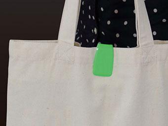 マルチクリップリフレクターを反射板としてかばんにつけている画像