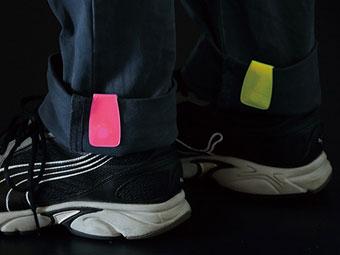 マルチクリップリフレクターを反射板としてズボン裾につけている画像