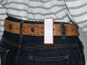 反射板クリップをベルトに挟んで使用しているイメージ