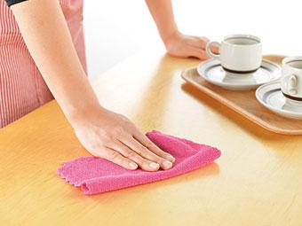 ダイニングテーブル拭き。
