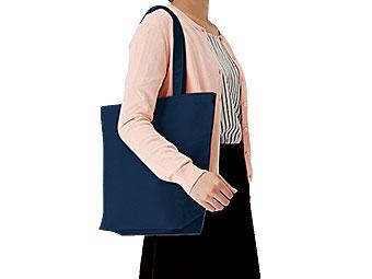 キャンバストート(M) カラーを肩から掛けているイメージ画像