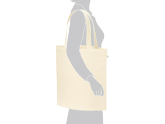 ライトキャンバスバッグ(L) ナチュラルを肩に掛けているイメージ