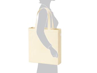 ライトキャンバスバッグ横マチ付 ナチュラルを肩から掛けているイメージ