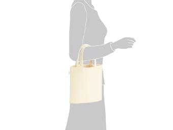 ライトキャンバスバッグ(S) ナチュラルを腕にかけているイメージ