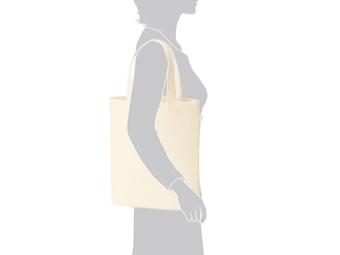ライトキャンバスバッグ(M) カラーを肩に掛けているイメージ